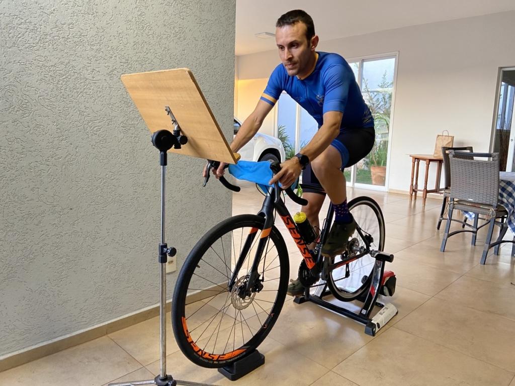 Homem treinando no rolo de bike