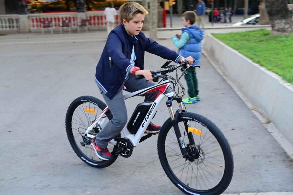 garoto andando na bike elétrica