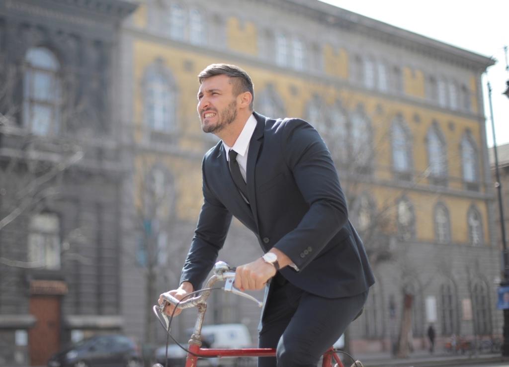 homem de terno na bicicleta